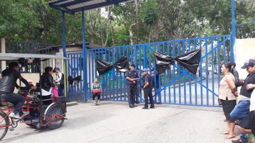 En la entrada del hospital se pueden observar dos moñas negras. (Foto: Javier Lainfiesta/Soy502)
