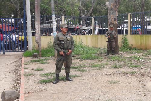El perímetro del hospital es resguardado por soldados. (Foto: Javier Lainfiesta/Soy502)