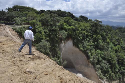 Este es el socavamiento que se registra en la carretera que conduce de la capital hacia Boca del Monte. (Foto: Conred)