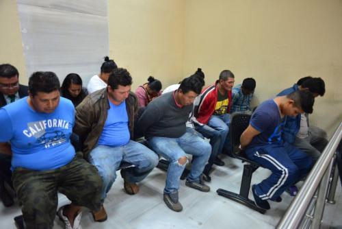 Las nueve personas capturadas por talar ilegalmente 48 árboles ubicados cerca del Aeropuerto La Aurora, podrían recuperar su libertad. (Foto: Jesús Alfonso/Soy502)