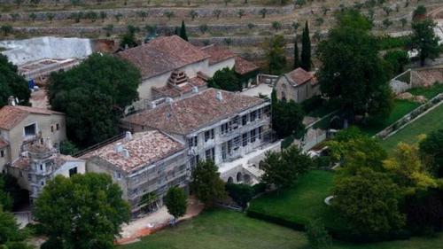 La mansión inició remodelaciones al inicio de la compra. (Foto: Infobae)