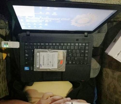 La PNC analiza material informático. (Foto: PNC)
