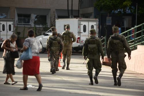 Elementos del Ejército y agentes de la PNC resguardan el Hospital Roosevelt. (Foto: Wilder López/Soy502)
