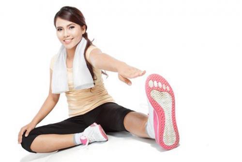 Puedes realizar este ejercicio en la sala de tu casa o en tu habitación (Foto: mejorconsalud)
