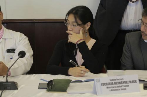 La ministra de Salud, Lucrecia Hernández Mack, explica por qué no se atienden reos en las clínicas móviles instaladas en las prisiones. (Foto: Alejandro Balán/Soy502)
