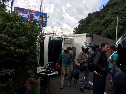 El camión volcado genera largas filas de vehículos en el ingreso a la capital. (Foto: Facebook/Amílcar Montejo)