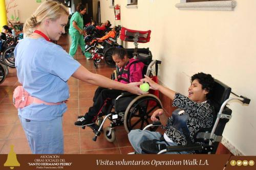La estrella compartió con los niños de las Obras Sociales del Santo Hermano Pedro. (Foto: Obras Sociales del Santo Hermano Pedro)