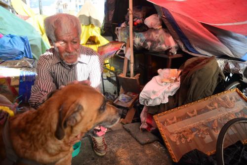 Don Hilman tiene sus pertenencias fuera de la casa de su familia, de la que fue sacado. (Foto: Jesús Alfonso/Soy502)