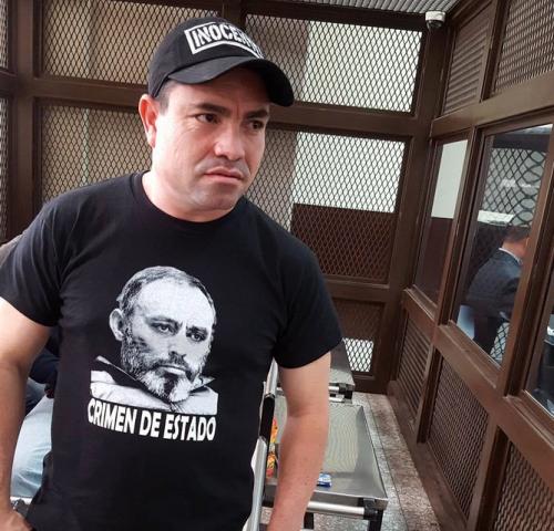 """En la parte frontal de la playera de Montiel se lee """"Crimen de Estado"""", debajo de la fotografía de Byron Lima.  (Foto: Nuestro Diario)"""