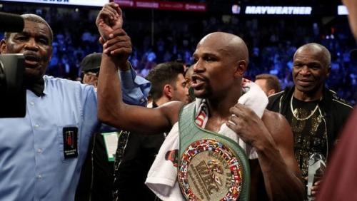 El peleador estadounidense, luego de un nocaut técnico que lo dejó con una marca histórica de 50-0, dijo que se retirará definitivamente del boxeo. (Foto: Petersen)