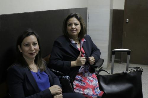 La nueva ministra de Relaciones Exteriores, Sandra Jovel, y su abogada defensora, Ivette García. (Foto: Alejandro Balan/Soy502)