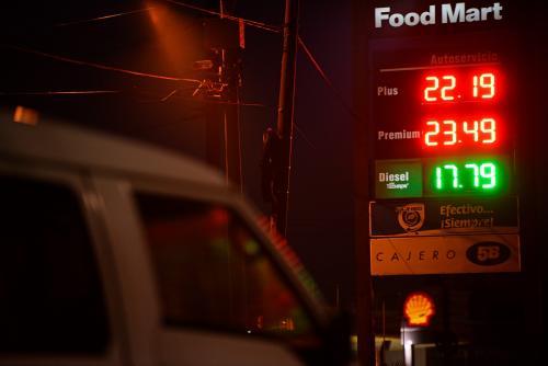 Las gasolineras muestran los últimos aumentos en los precios. (Foto: Wilder López/Soy502)