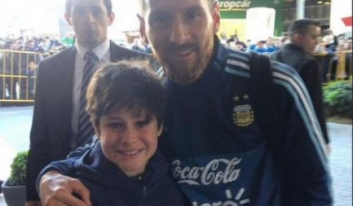 """El pequeño, Luciano se tomó la """"selfie"""" soñada con Lionel Messi. (Foto: Twitter)"""