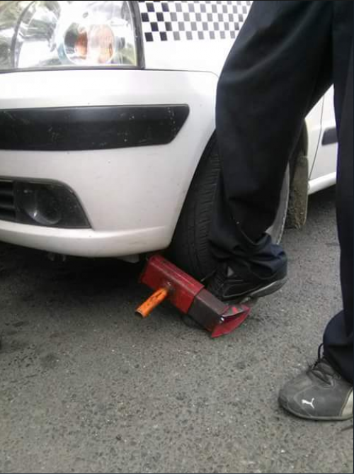 El taxista introdujo el pie entre el cepo y la llanta para fingir heridas. (Foto: Amílcar Montejo/PMT)