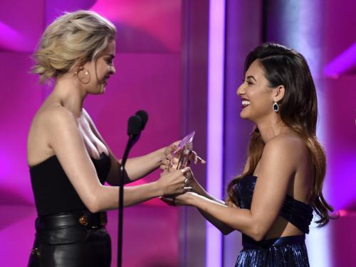 """Selena Gomez recibió el premio de """"Mujer del año"""" de manos de su mejor amiga Francia, su donante de riñón. (Foto: US Weekly)"""