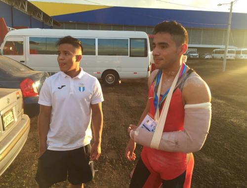 Edgar Pineda tuvo que ser atendido en un hospital y se le colocó un inmovilizador por precaución. (Foto: Pedro Pablo Mijangos/Soy502)