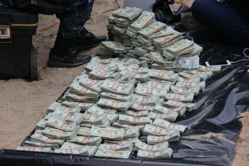 Estos son los dólares que fueron encontrados dentro de los dos maletines en un avión ultraligero. (Foto: PNC)
