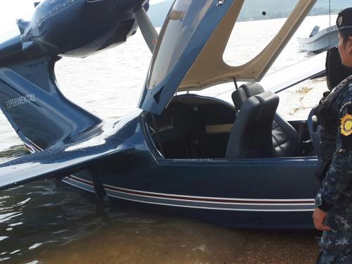 El hidroavión fue localizado durante un operativo en una playa en Izabal. (Foto: PNC)