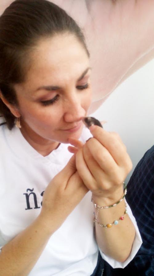 La chef guatemalteca Mirciny Moliviatis también fue fotografiada junto a una zarigüeya. (Foto: Cortesía/AMA)