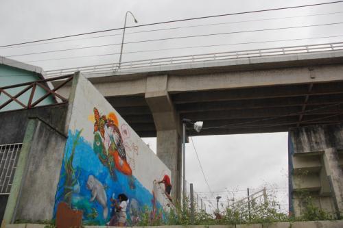 Los muros debajo del puente sirvieron de lienzo para los artistas. (Foto: Fredy Hernández/Soy502)