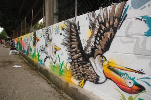 Los jóvenes hacen su mejor esfuerzo para dejar pinturas de calidad. (Foto: Fredy Hernández/Soy502)