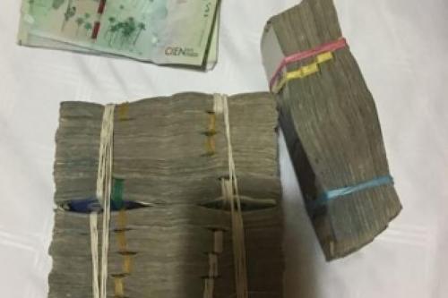 En la operación se incautaron cuatro armas, siete vehículos de gama alta, una lancha, efectivo en dólares y pesos colombianos y joyas, entre otros objetos. (Foto: Infobae)