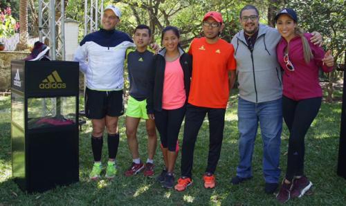 Cuarenta y nueve minutos después de iniciar la carrera, ingresaron los primeros tres corredores.