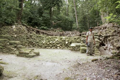 Esta estructura hace cientos de años fue parte de una gran muralla para defender de los ataques enemigos al reino de El Mirador . (Foto: Fredy Hernández/Soy502)