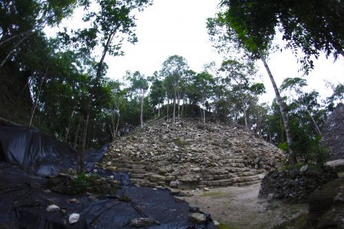 Esta pirámide aún está cubierta en varios sectores por árboles y se puede escalar para observar una salida o puesta del sol. (Foto: Fredy Hernández/Soy502)