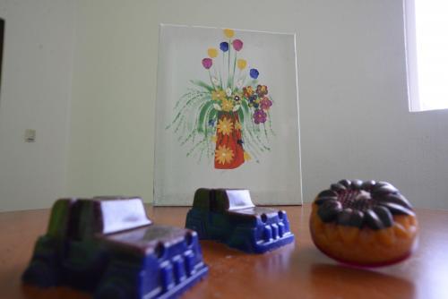 El exdiputado ha utilizado el tiempo en el Centro de Matamoros para la elaboración de pinturas y velas aromáticas. (Foto: Wilder López/Soy502)