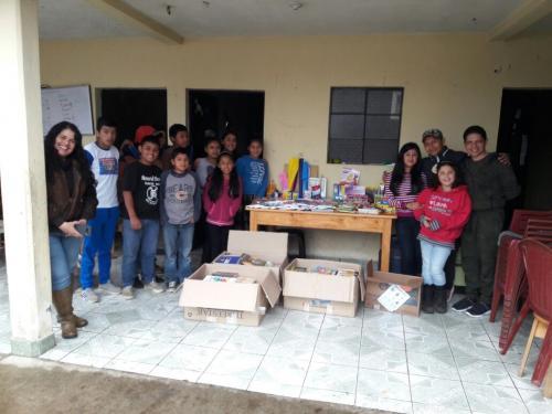 El fiscal llegó hasta Purulhá para entregar los útiles escolares a los niños de la biblioteca. (Foto: cortesía Andrei González)