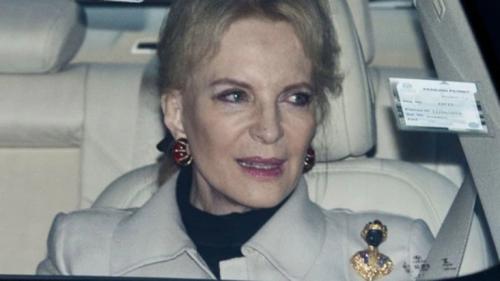 La princesa María Cristina de Kent lució en la solapa izquierda el polémico broche. (Foto: Infobae)