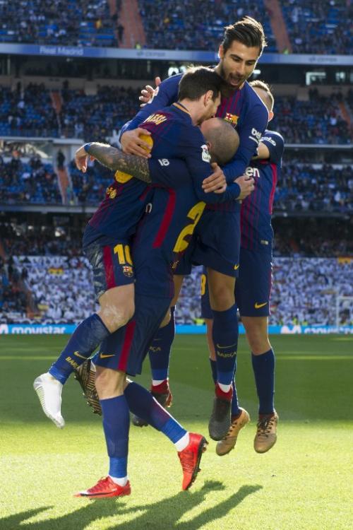 Messi perdió el zapato, pero no el control de la pelota y aún así pudo enviar el pase para el tercer gol de su equipo. (Foto: AFP)