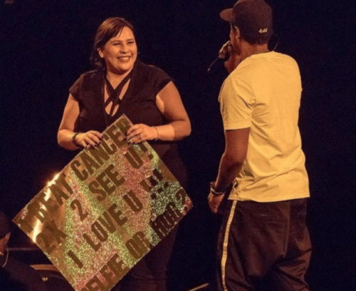Fanática de Jay Z le muestra un emotivo cartel al músico. (Foto: captura de pantalla)