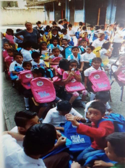 Niños reciben mochilas escolares con el logotipo de Villa Nueva. (Foto: cortesía alcalde Edwin Escobar)