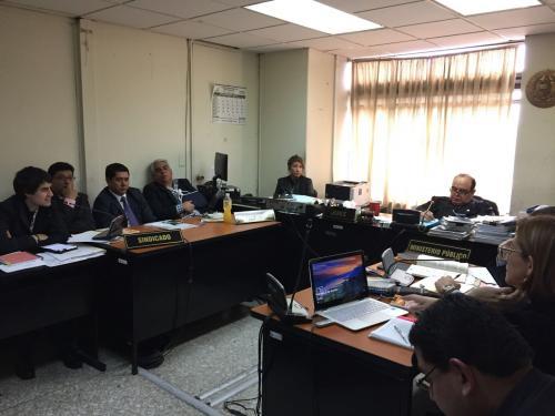 Frank Trujillo llegó al juzgado Décimo de Primera Instancia Penal con un cabestrillo. (Foto: Soy502).