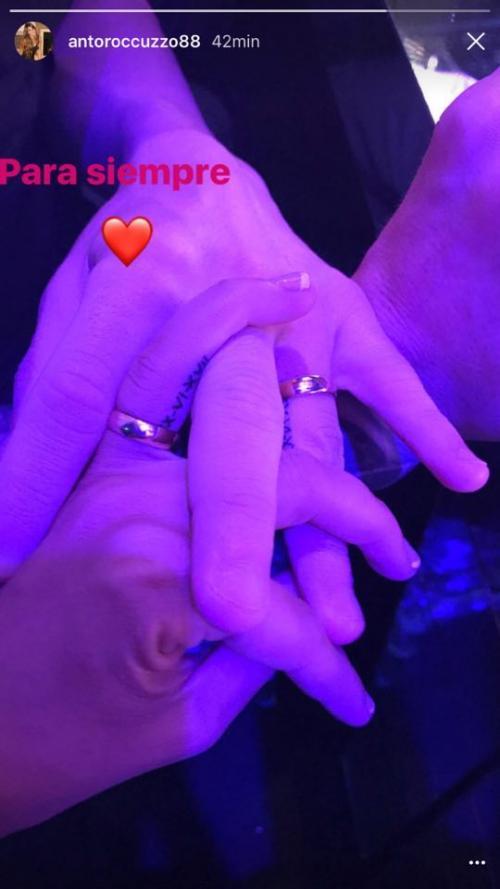 La pareja comparte un tatuaje con la fecha de la boda en el dedo junto a sus argollas. (Foto: Instagram)