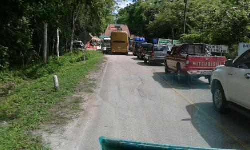 Vista de la larga fila de vehículos para ingresar al Parque Nacional Tikal. (Foto: Cortesía Inguat)