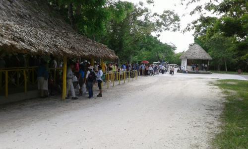 Los visitantes al Parque Nacional Tikal deben esperar alrededor de una hora o más para poder ingresar. (Foto: Cortesía Inguat)