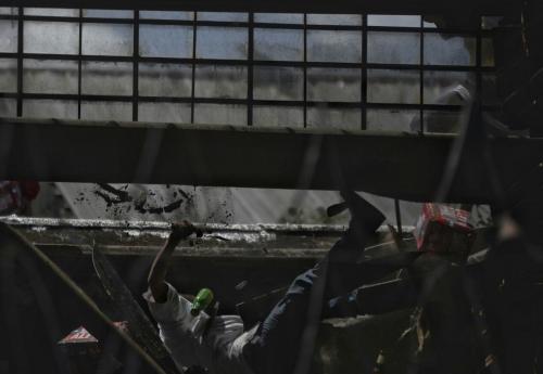 El momento exacto en el que uno de los reclusos cae del techo. (Foto: Wilder López/Soy502)
