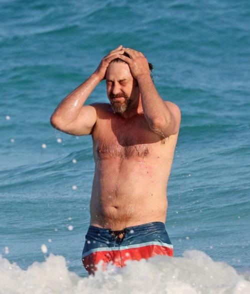 El estómago del actor escocés sorprendió a los paparazzi. (Foto: Grosby)