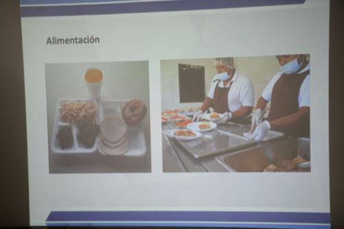 Vladimir López muestra fotografías de los alimentos que les sirven a los reclusos de Las Gaviotas. (Foto: Wilder López/Soy502)