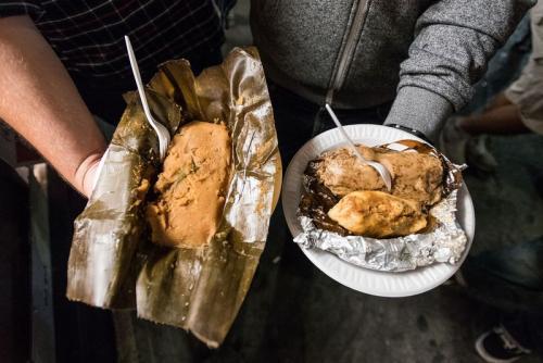 Los paches y tamales en todas sus presentaciones no pueden faltar en el Mercado Nocturno Guatemalteco.  (Foto: Wonho Frank lee/Eater)