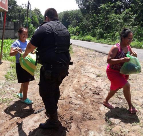 Así fue como los agentes de la PNC ayudaron a una mujer que debía llevar víveres a su vivienda. (Foto: PNC)