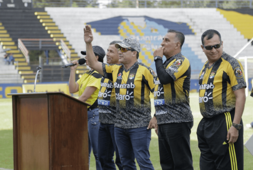 El Ministro de la Defensa, Williams Mansilla, (de gorra) saluda durante la presentación de Aurora FC. (Foto: Alejandro Balán/Soy502)