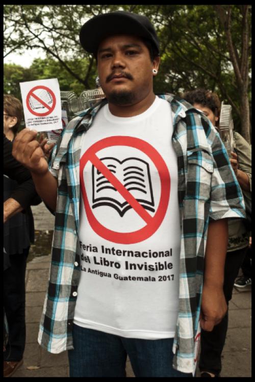 Antigüeños protestan por la cancelación de la Feria Internacional del Libro. (Foto: La Casa del Mango)