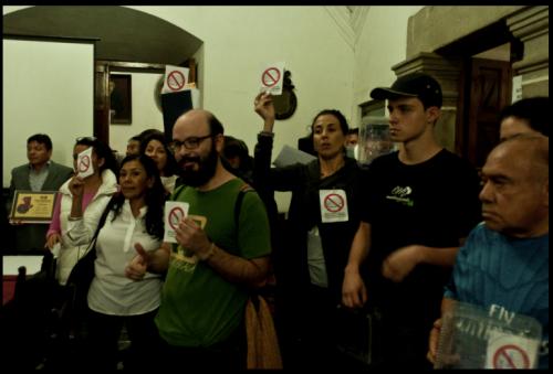 Protesta dentro de la Municipalidad de Antigua. (Foto: Casa del Mango)