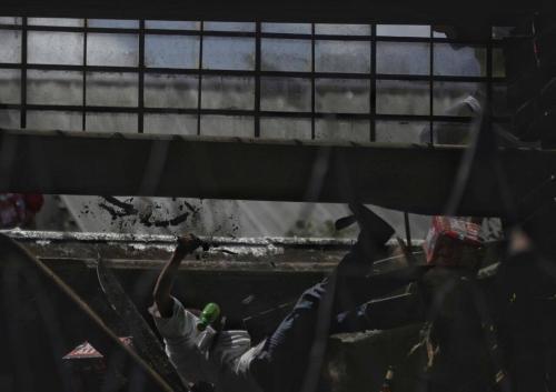 Un recluso cae del techo durante el motín del Centro de Detención Las Gaviotas. (Foto: Wilder López/Soy502)