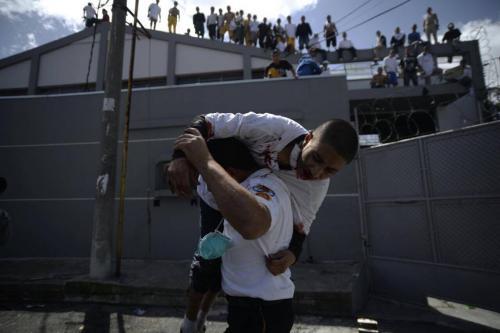 Los bomberos rescatan a un recluso que cayó del tejado. (Foto: Wilder López/Soy502)