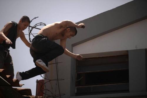 Los jóvenes invadieron los tejados del vecindario alrededor del centro de detención. (Foto: Wilder López/Soy502)